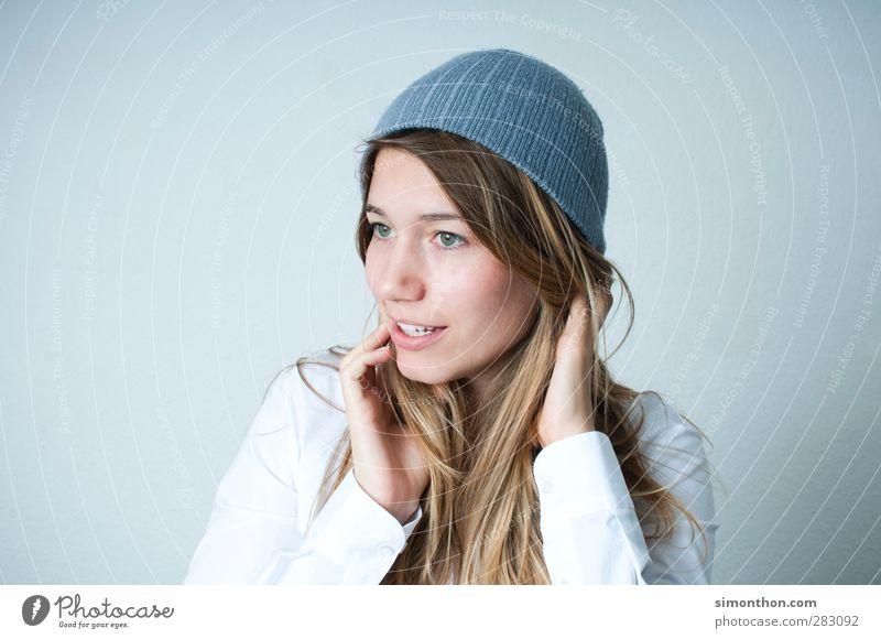 Mütze Mensch schön Gesicht feminin Gefühle Herbst Haare & Frisuren Stil Mode blond Zufriedenheit modern Warmherzigkeit Sicherheit Lebensfreude Model