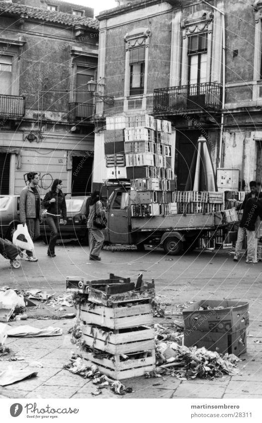 marktende Mensch Haus Straße Architektur dreckig Platz Italien Markt Kiste Marktplatz unordentlich Händler aufräumen Catania