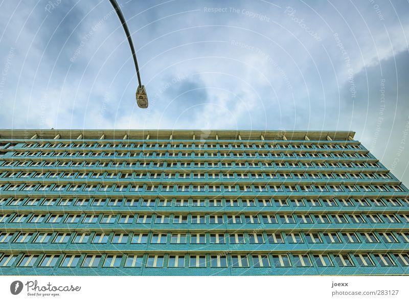 Einer gegen alle blau grün Stadt Fenster Fassade Hochhaus Straßenbeleuchtung
