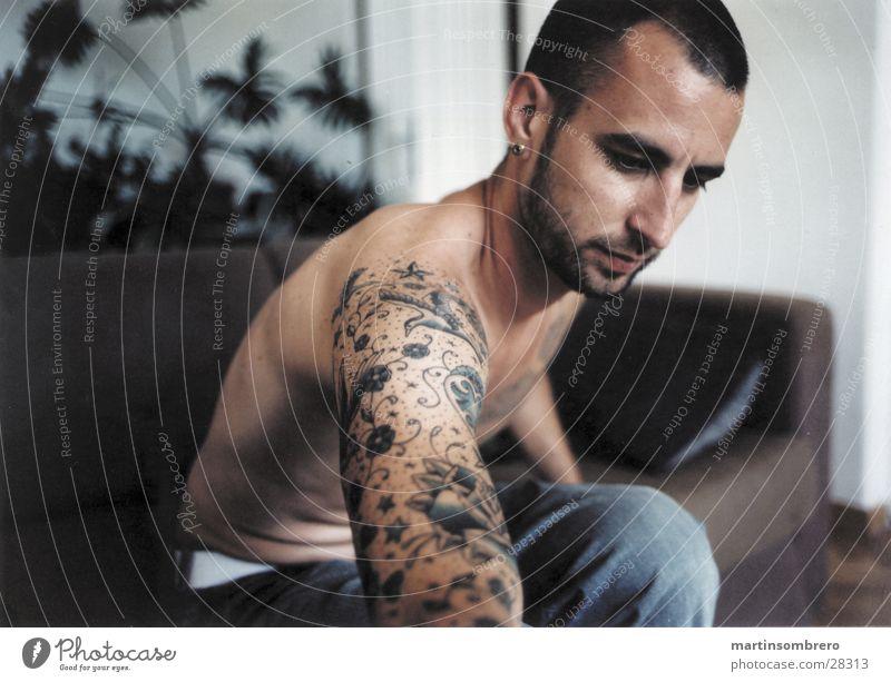 tatoo Tattoo Mann Sofa Wohnzimmer Wohnung Haut nachmittagslicht zigarette ausdämpfen oberkörper nackt Innenaufnahme