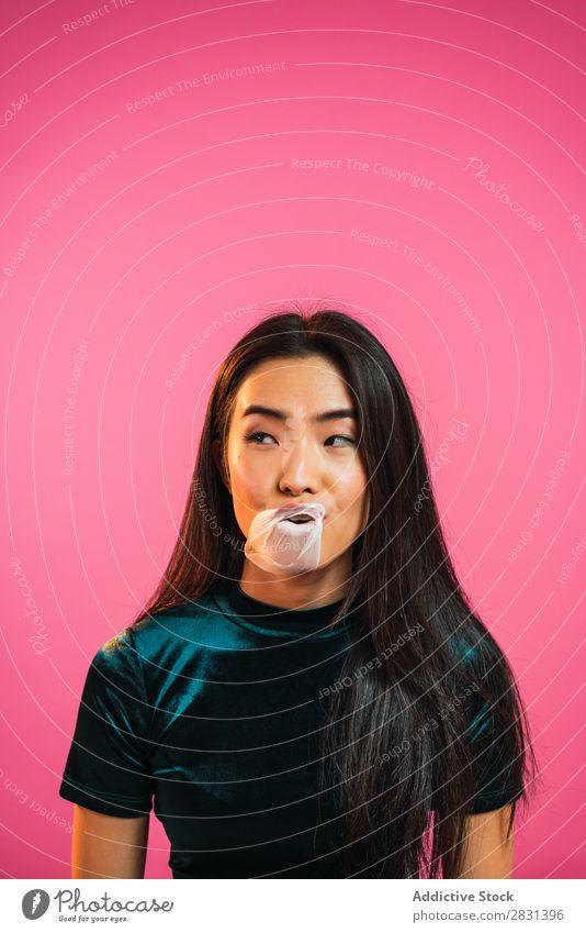 Asiatische Frau, die Kaugummi-Blase bläst hübsch Porträt Jugendliche schön asiatisch Zahnfleisch Kauen wehen Erwachsene Körperhaltung Lächeln Beautyfotografie