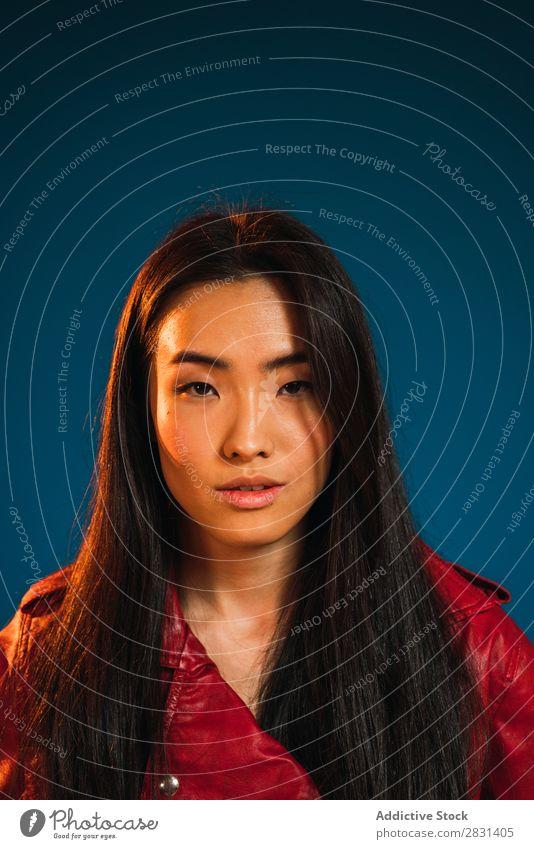 Porträt einer jungen, stilvollen asiatischen Frau hübsch Jugendliche schön Stil Jacke Erwachsene Körperhaltung Lächeln Beautyfotografie attraktiv Model Mensch
