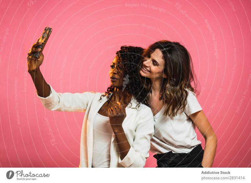 Fröhliche Frauen, die für Selfie posieren. hübsch Porträt Jugendliche Freundschaft PDA schwarz Vielfalt multiethnisch Person gemischter Abstammung schön