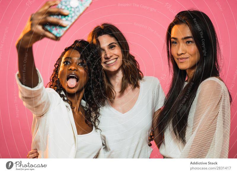 Frauen, die im Studio Selfie machen. hübsch Porträt Jugendliche Freundschaft PDA schwarz asiatisch Vielfalt multiethnisch Person gemischter Abstammung schön