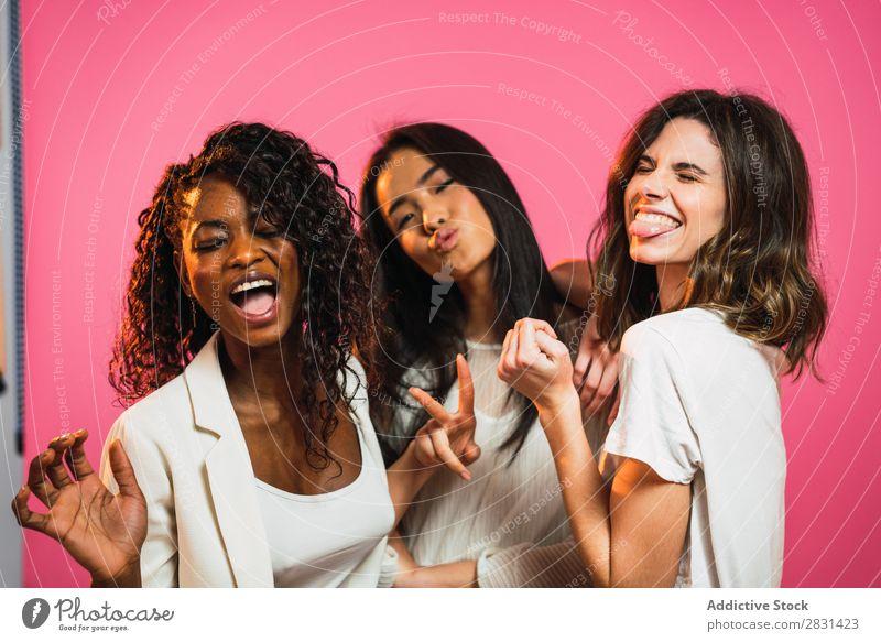 Fröhliche mehrrassige Frauenfreunde, die posieren. hübsch Porträt Jugendliche Freundschaft schwarz asiatisch Vielfalt multiethnisch Person gemischter Abstammung