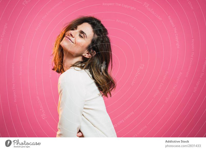 Entzückte Frau mit geschlossenen Augen hübsch Porträt Jugendliche erfreut emotional Augen geschlossen schön Erwachsene Körperhaltung Lächeln Beautyfotografie