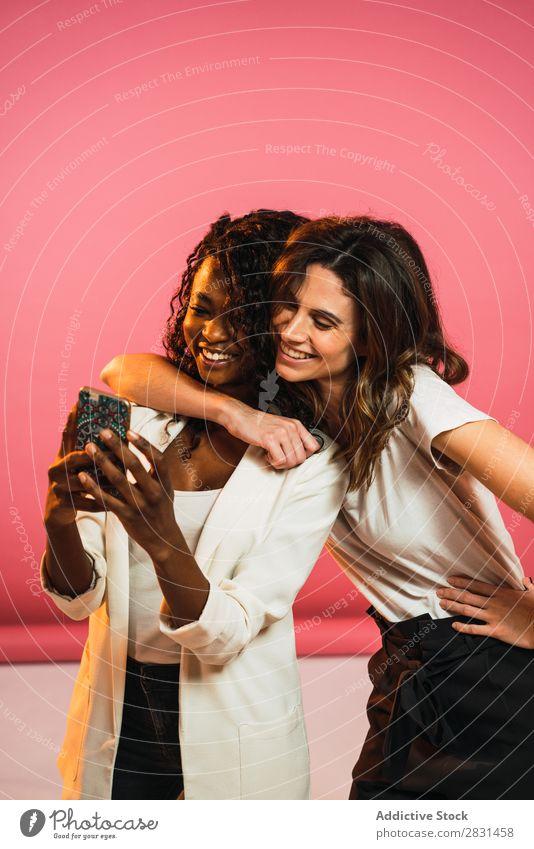 Fröhliche Frauen, die für Selfie posieren. Porträt Jugendliche Freundschaft PDA schwarz Person gemischter Abstammung