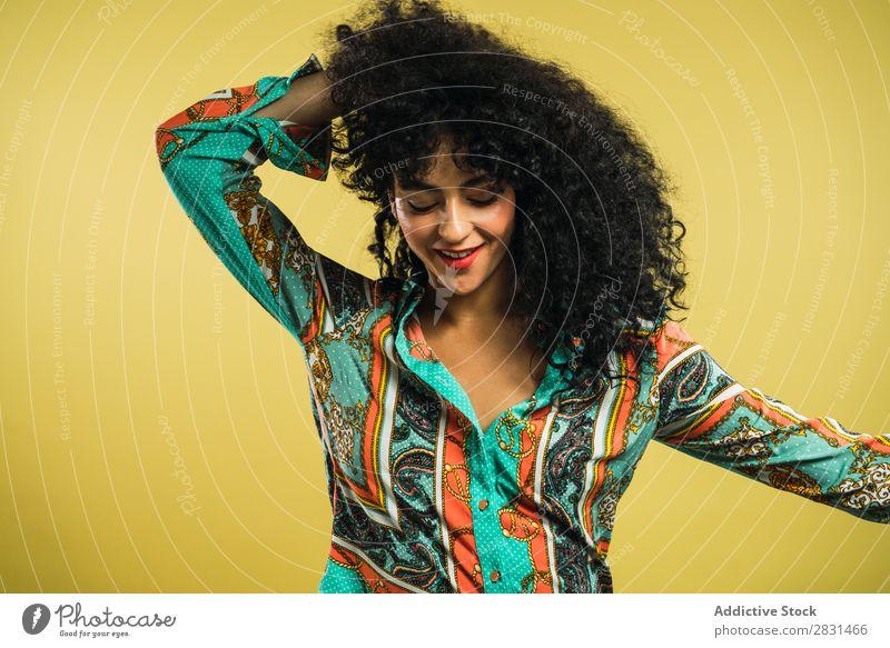 Sinnliche Frau, die im Studio posiert. hübsch Porträt Jugendliche lockig Behaarung brünett schön Erwachsene Körperhaltung Lächeln Beautyfotografie attraktiv