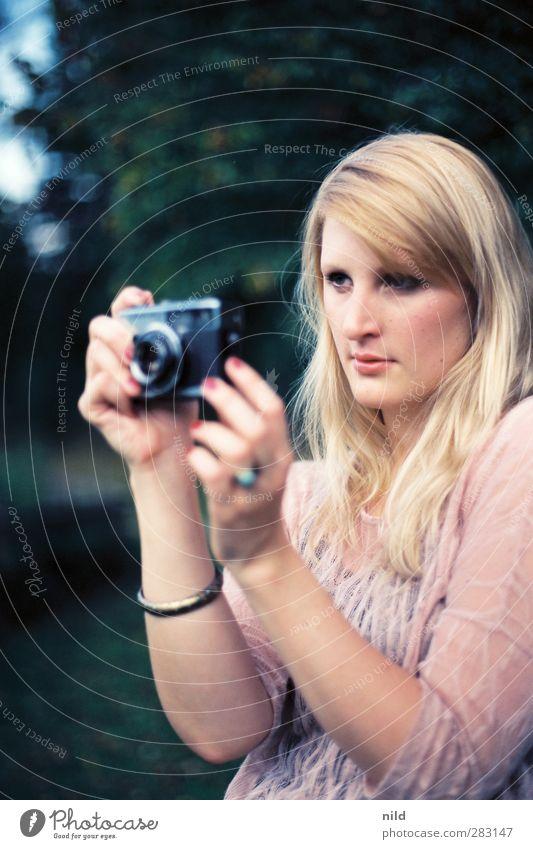 Taking pictures Mensch Jugendliche schön Sommer Landschaft Erwachsene Gesicht Junge Frau feminin Haare & Frisuren Stil Mode 18-30 Jahre Park natürlich blond