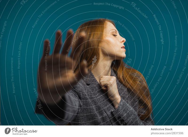 Attraktive Frau mit Hand zeigender Hand hübsch Porträt Jugendliche stoppen gestikulieren Zeichen schön Erwachsene rothaarig Körperhaltung Lächeln
