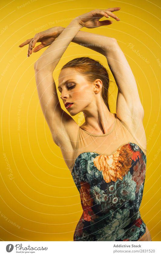 Junge Frau tanzt im Studio Porträt Jugendliche genießen Tanzen Körperhaltung schön Erwachsene