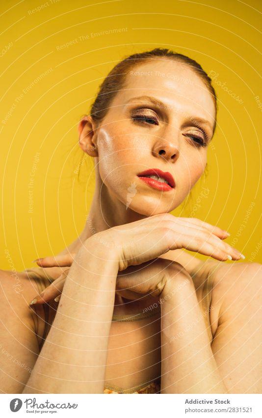 Junge Frau tanzt im Studio hübsch Porträt Jugendliche genießen Tanzen Körperhaltung schön Erwachsene Beautyfotografie attraktiv Model Mensch elegant Ausdruck