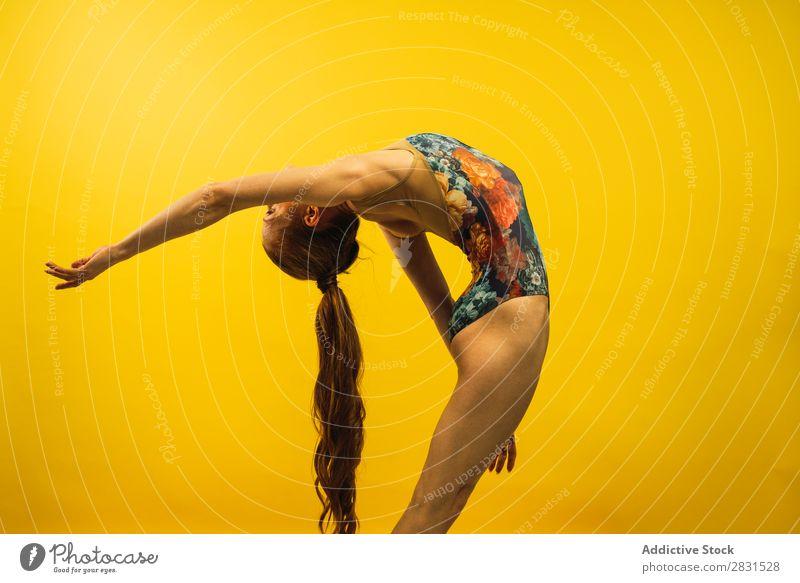 Junge Frau tanzt im Studio hübsch Porträt Jugendliche genießen Tanzen Körperhaltung schön Erwachsene Lächeln Beautyfotografie attraktiv Model Mensch elegant