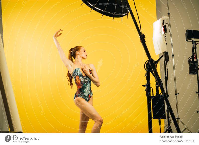 Hübsche Frau tanzt im Studio hübsch Porträt Jugendliche hochreichen Tanzen Balletttänzer Tänzer rothaarig schön Erwachsene Körperhaltung Lächeln