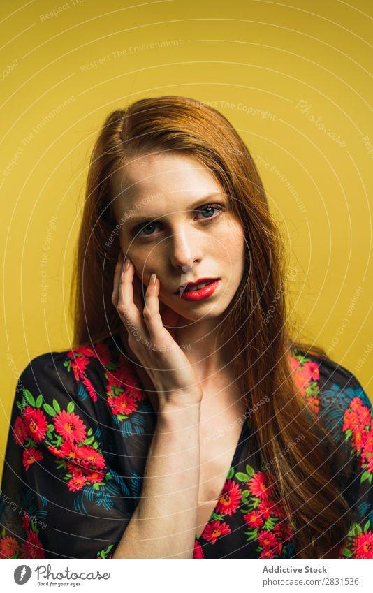 Hübsche rothaarige Frau, die das Gesicht berührt. hübsch Porträt Jugendliche schön Erwachsene Blick in die Kamera Kleid Körperhaltung Lächeln Beautyfotografie