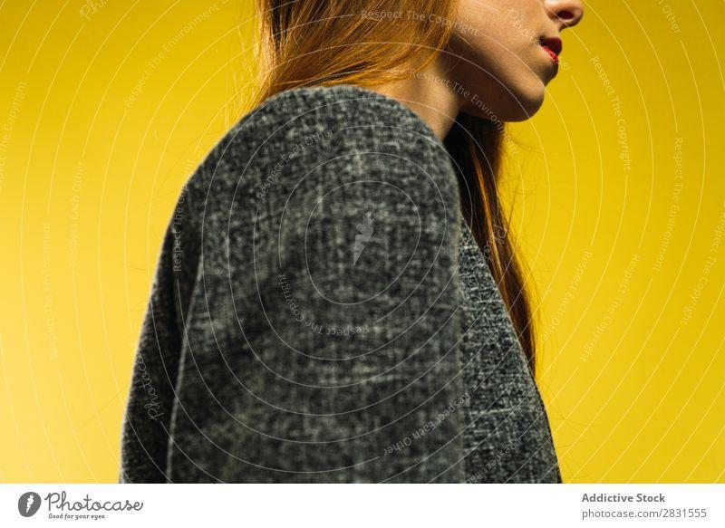 Frau in grauer Jacke hübsch Porträt Jugendliche stehen schön Erwachsene Körperhaltung Lächeln Beautyfotografie attraktiv Model Mensch genießen elegant Ausdruck