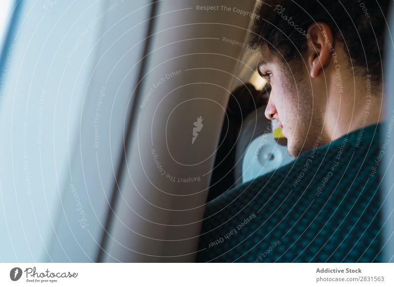 Mann schaut auf ein flaches Fenster. Flugzeug Ferien & Urlaub & Reisen Passagier Etage Verkehr Mensch Reisender modern sitzen beobachten Fluggerät Ausflug