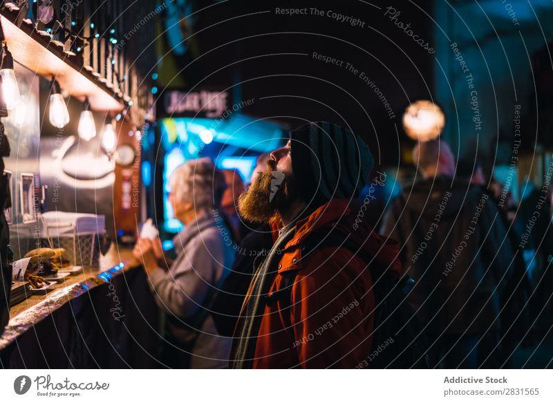 Mann schaut sich den Laden an gutaussehend Großstadt Straße Jugendliche kaufen Fairness beobachten Theke Abend Stadt Lifestyle lässig Mode Stil Erwachsene