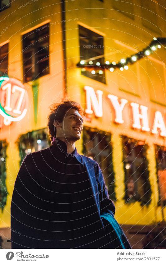Fröhlicher Mann auf der Straße bei Nacht gutaussehend Großstadt Glück lachen Jugendliche Stadt Lifestyle lässig Mode Stil Erwachsene modern Mensch trendy Typ