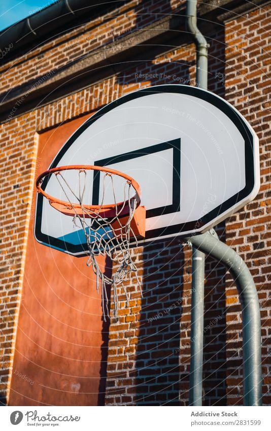 Basketballring auf der Straße Ring Reifen Sport Korb Spielen Gerichtsgebäude Gerät Holzplatte Tennisnetz Erholung rund Tor Höhe Aktion Metall Stadion Spielplatz