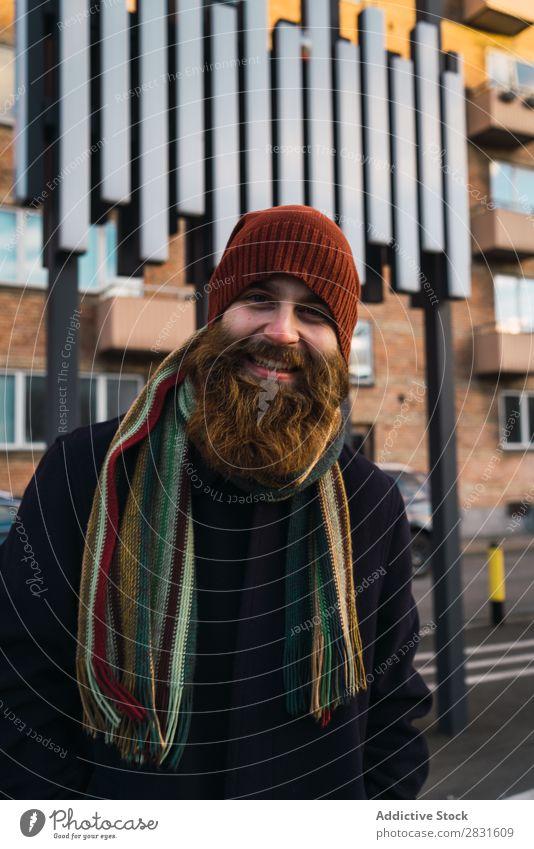 Fröhlicher bärtiger Mann auf der Straße gutaussehend heiter Lächeln Vollbart Blick in die Kamera Großstadt Jugendliche Stadt Lifestyle lässig Mode Stil