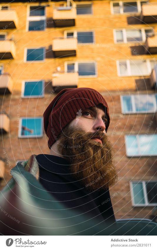 Fröhlicher bärtiger Mann auf der Straße gutaussehend heiter Lächeln Vollbart Großstadt Jugendliche Stadt Lifestyle lässig Mode Stil Erwachsene modern Mensch
