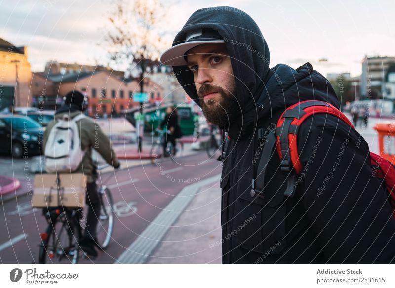 Fröhlicher bärtiger Mann auf der Straße gutaussehend heiter Großstadt Jugendliche Stadt Lifestyle lässig Mode Stil Erwachsene modern Mensch trendy