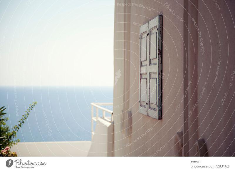 da vorne Himmel Sommer Meer Haus Fenster Wärme Wand Mauer hell Fassade Wolkenloser Himmel Traumhaus Urlaubsfoto Urlaubsstimmung