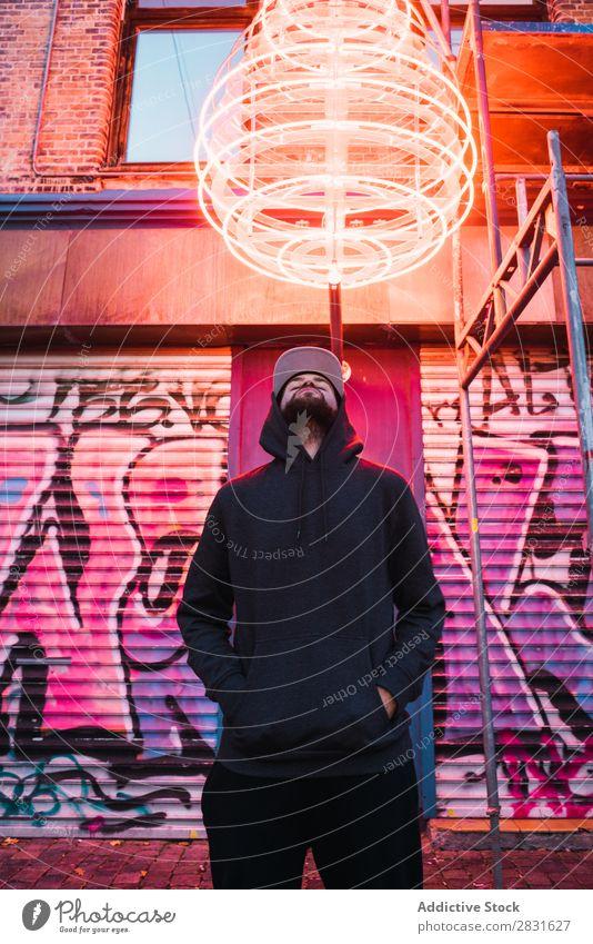 Mann posiert unter dem Neonkreis gutaussehend Großstadt neonfarbig stehen Straße Jugendliche Stadt Lifestyle lässig Mode Kreis Stil Erwachsene modern Mensch