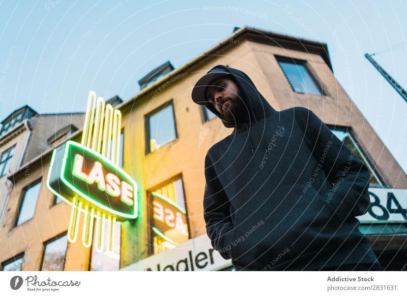 Mann auf der städtischen Straße stehend gutaussehend Großstadt Körperhaltung Jugendliche Stadt Lifestyle lässig Mode Stil Erwachsene modern Mensch trendy