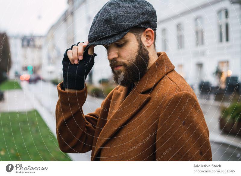 Stilvoller erwachsener Mann gutaussehend Großstadt Mantel Mütze Hut Straße Jugendliche Stadt Lifestyle lässig Mode Erwachsene modern Mensch trendy