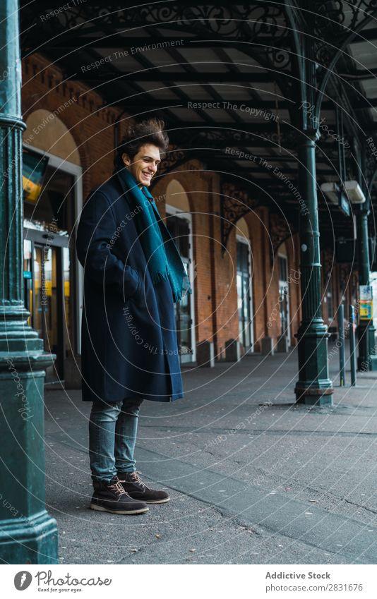 Junger stilvoller Mann auf dem Bahnhof gutaussehend Großstadt Straße Station Eisenbahn Passagier warten Jugendliche Stadt Lifestyle lässig Mode Stil Wegsehen