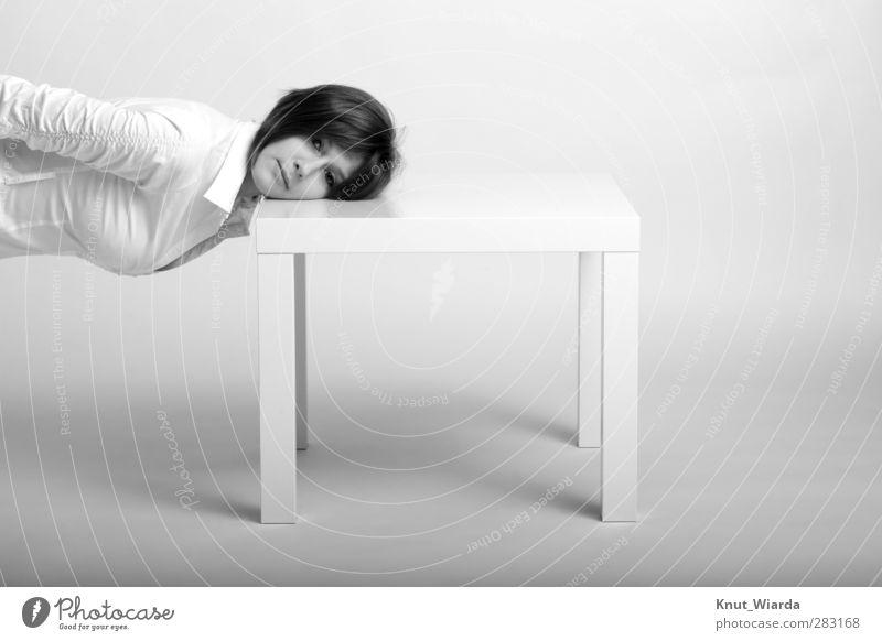 J Mensch feminin Junge Frau Jugendliche 1 18-30 Jahre Erwachsene Hemd schwarzhaarig dünn grau Tisch Kopf Kniend aufliegend Person junge Schwarzweißfoto