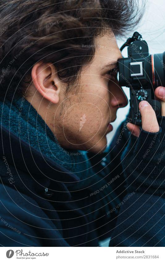 Nahaufnahme Fotograf Mann gutaussehend Großstadt Straße Fotokamera nehmen Grafik u. Illustration Schüsse Fotografie Jugendliche Stadt Lifestyle lässig Mode Stil