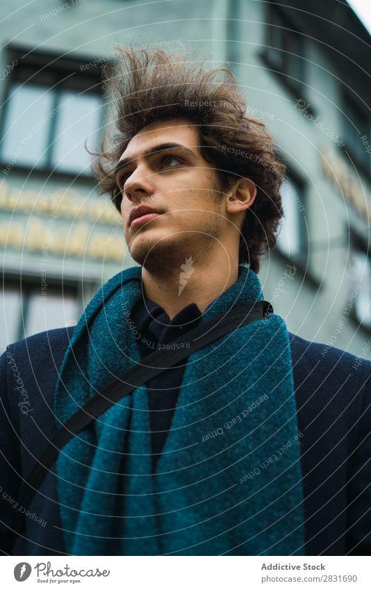 Junger Mann, der auf der Straße posiert. gutaussehend Großstadt Freude Glück Trick verrichtend Jugendliche Stadt Lifestyle lässig Mode Stil Erwachsene modern