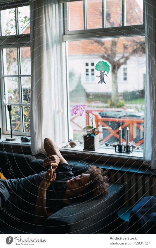 Mann liegt und surft am Telefon gutaussehend heimwärts lügen PDA sprechen Bett Mitteilung Jugendliche Porträt Lifestyle Mensch Haus Einsamkeit Wohnung Leben