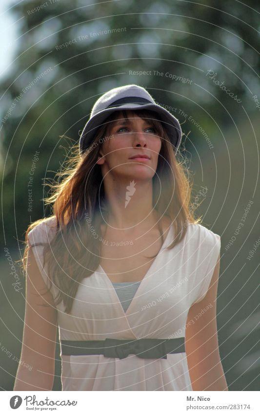 wonderful tonight Lifestyle ausgehen feminin Gesicht 1 Mensch 18-30 Jahre Jugendliche Erwachsene Kleid Gürtel Hut brünett langhaarig dünn Glück Zufriedenheit
