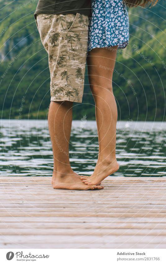 Erntepaar auf dem Pier posierend Paar Anlegestelle See Berge u. Gebirge Liebe Zusammensein Natur Sommer Wasser Jugendliche Frau Ferien & Urlaub & Reisen