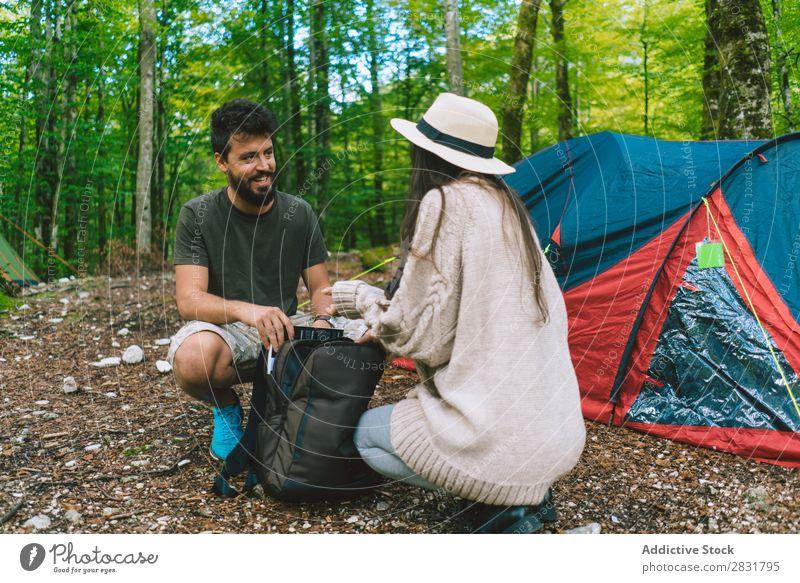 Paar im Lager Wald Camping Ferien & Urlaub & Reisen Rucksack sitzen Natur Glück