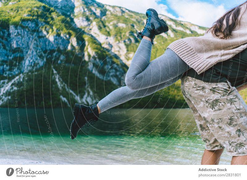 Ein Paar, das am Seeufer spazieren geht. Mensch Natur auf der Rückseite Ferien & Urlaub & Reisen Liebe Sommer Glück 2 Mann Frau romantisch Lifestyle Wasser