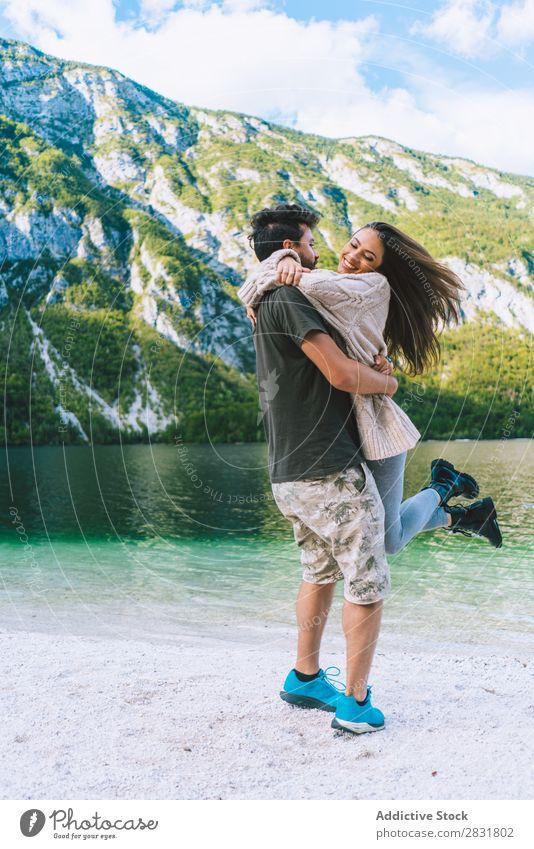 Ein Paar, das Spaß am See hat. Mensch Natur Augen geschlossen Ferien & Urlaub & Reisen Liebe Sommer Glück 2 Mann Frau romantisch Lifestyle Wasser Romantik schön
