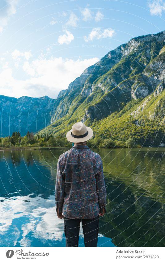 Mann am See stehend Berge u. Gebirge Wasser Natur Landschaft Mensch Tourismus wandern Einsamkeit ruhig Tourist Felsen Erholung Freiheit Freizeit & Hobby Klippe