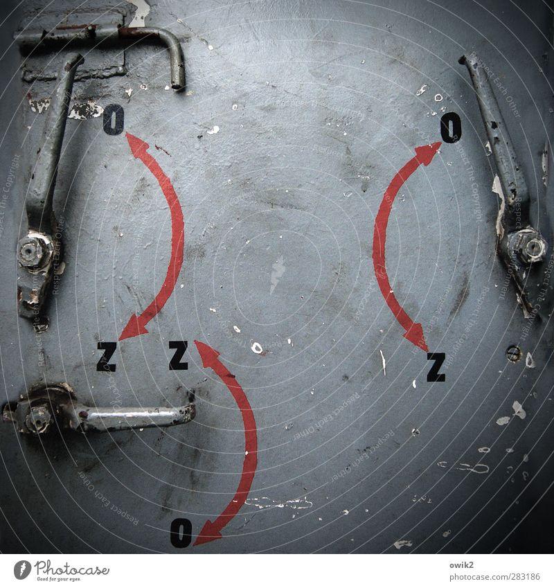Sicherheitsdienst Metall Schriftzeichen Pfeil alt fest trist grau rot schwarz aufmachen schließen Beschriftung Buchstaben Polen Osteuropa Fähre Schließtechnik