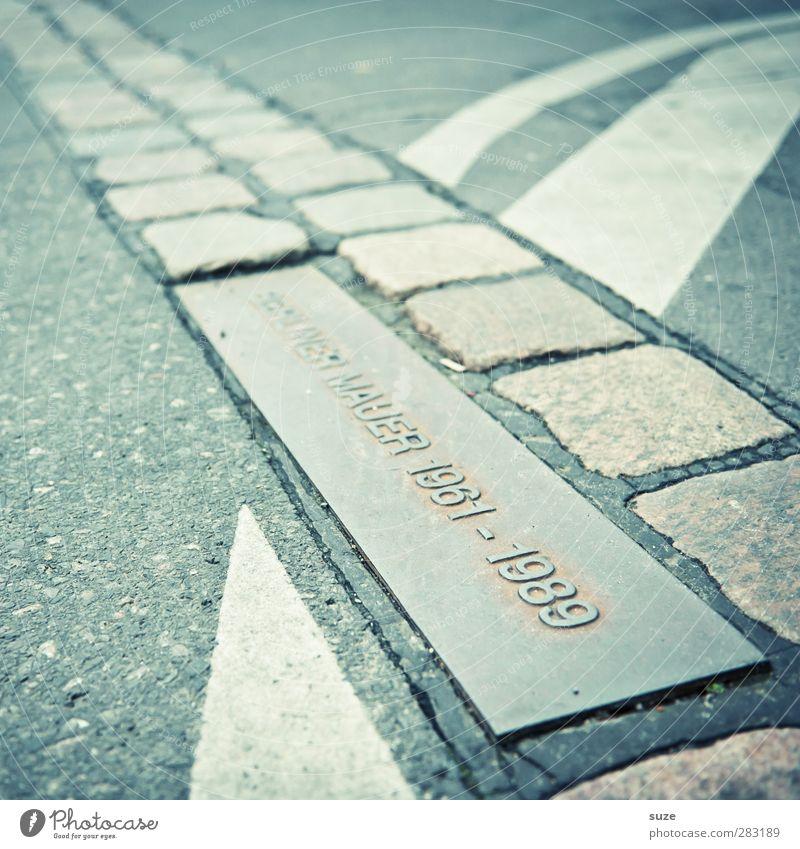 Die Mauer Hauptstadt Platz Wand Sehenswürdigkeit Wahrzeichen Verkehr Verkehrswege Straße Ziffern & Zahlen Schilder & Markierungen Linie historisch grau