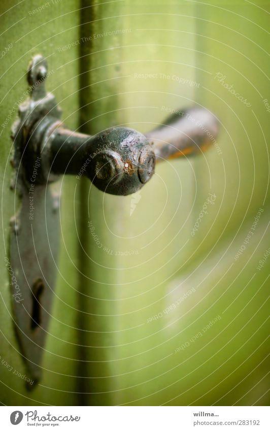 einlass [1] Tür Griff alt historisch grün Nostalgie geschlossen Eingang Schlüsselloch Beschläge Holztür Messing Gußeisen altes Handwerk Farbfoto Außenaufnahme