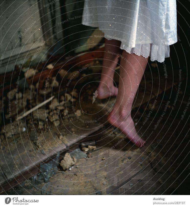 Aschenputtel feminin Mädchen Junge Frau Jugendliche Erwachsene Beine Fuß Mode Rock Kleid Stein Tanzen träumen Warmherzigkeit schön Hoffnung Einsamkeit