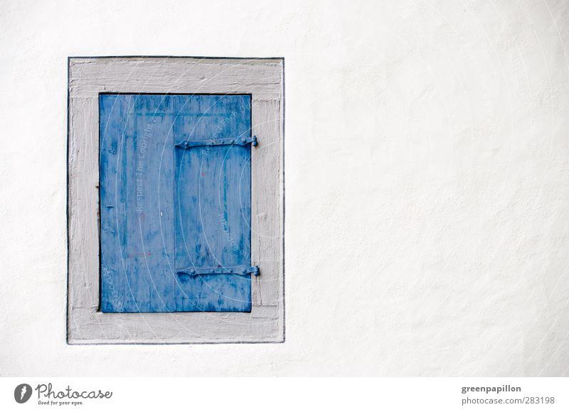 Closed window Haus Einfamilienhaus Traumhaus Hütte Gebäude Mauer Wand Fenster Holz alt authentisch einfach historisch Fensterladen Rollladen Tür blau weiß