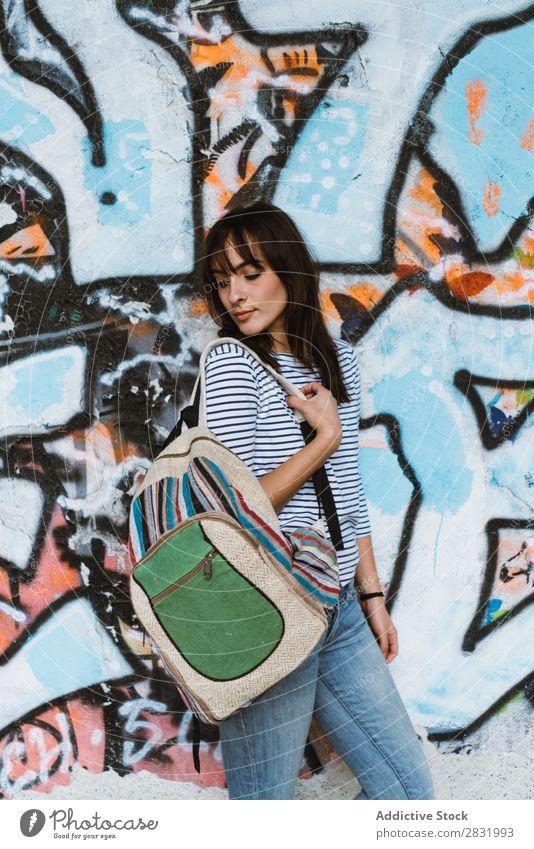 Frau mit Rucksack an der Graffiti-Wand Großstadt Tourist stehen Körperhaltung Kunst schön Ferien & Urlaub & Reisen Straße Jugendliche Tourismus Stadt Mensch