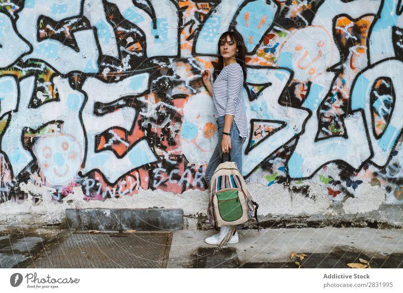 Lässiges Mädchen mit Rucksack auf der Straße Mensch lässig Körperhaltung selbstbewußt Stil Accessoire reisend Graffiti Jugendliche Stadt Beautyfotografie