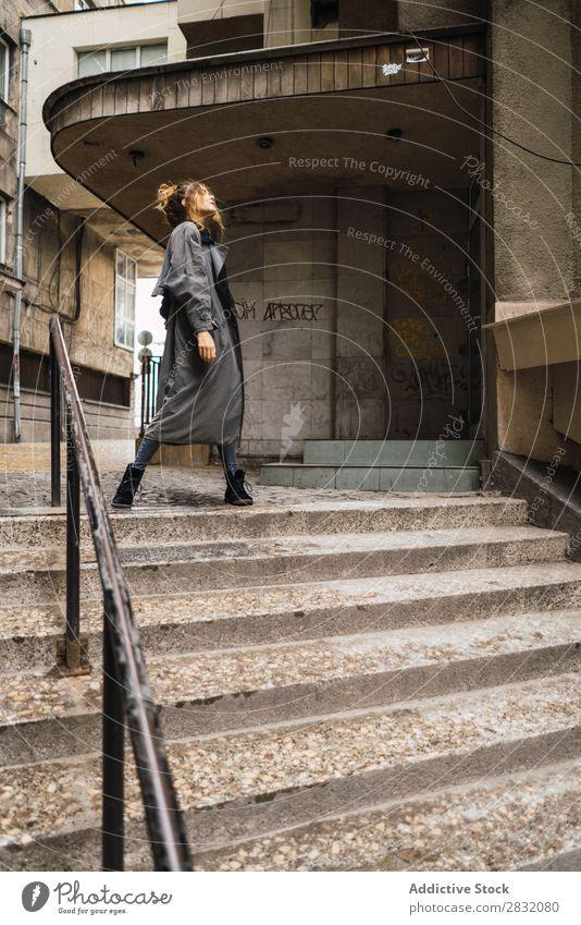 Trendiges Mädchen, das auf der Treppe posiert. Frau Stil Körperhaltung Grunge Straße Stadt selbstbewußt Erholung Beautyfotografie trendy Großstadt Model